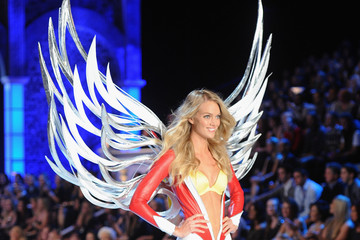 Photos: Lindsay Ellingson Wears Practical Wings at the 2011 Victoria's Secret Fashion Show