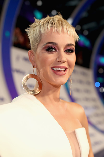 Katy Perry's Blonde Boy Cut at the Grammy Awards