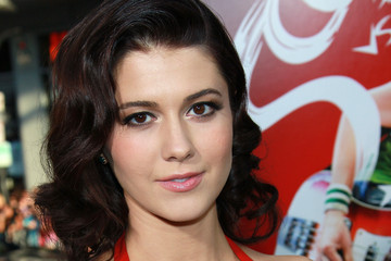 Mary Elizabeth Winstead's Retro Medium Curls