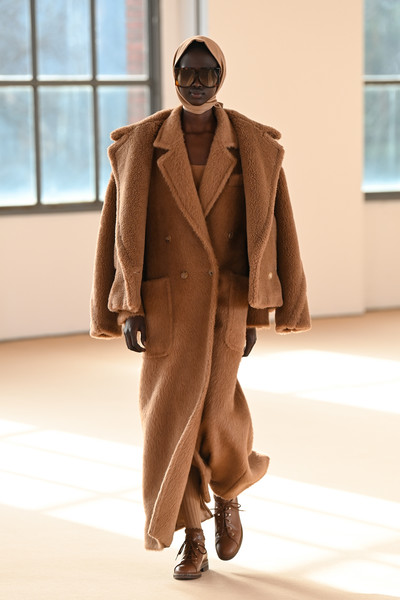 MaxMara at Milan Fall 2021 [shoe,overcoat,window,frock coat,dress shirt,sleeve,waist,hat,trench coat,street fashion,keyboard,dress shirt,gentleman,overcoat,fashion,fashion model,wear,max mara,milan fashion week,fashion show,fashion show,formal wear,overcoat,stx it20 risk.5rv nr eo,fashion model,fashion,gentleman,model m keyboard]