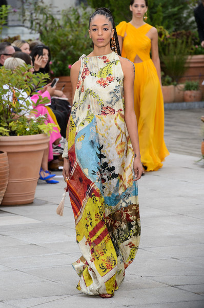 Oscar de la Renta at New York Spring 2019 [clothing,fashion,yellow,fashion model,dress,fashion design,street fashion,textile,summer,formal wear,oscar de la renta,fashion,fashion week,spring,runway,bella hadid,street fashion,fashion model,new york fashion week,fashion show,bella hadid,new york fashion week,fashion,fashion show,fashion week,spring,ready-to-wear,runway,summer,elle]