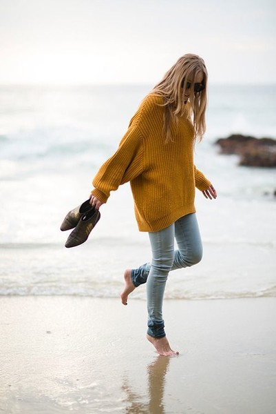 Be Both Cozy And Chic In These Oversized Sweater Looks