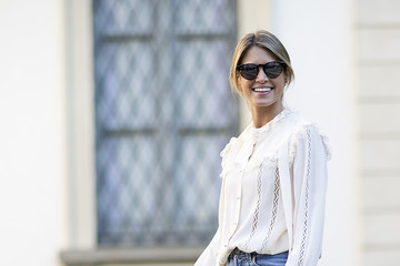 Chic Ways To Pull Off Mom Jeans