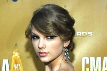 Taylor Swift Nails a Classic Coiffure at the CMAs