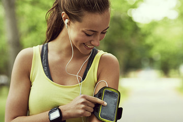 How Listening to Music Improves Your Workout
